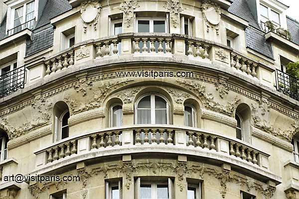 Paris and those magnificent round balconies ...