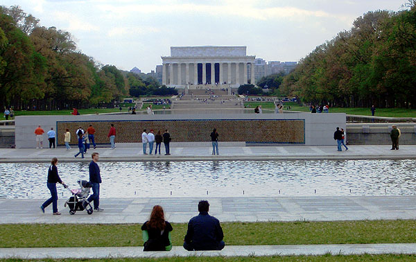 World War II Memorial facing the Lincoln Monument